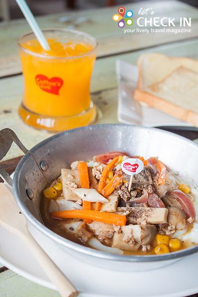 ไข่กระทะ จัดเป็นชุดพร้อมขนมปังและน้ำส้ม เหมาะสำหรับมื้อเช้า