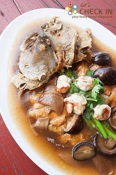 ปลาเก๋าสามเซียน จานใหญ่ เต็มเครื่อง ทั้งเนื้อปลา กุ้ง เห็ดหอม รสกลมกล่อม