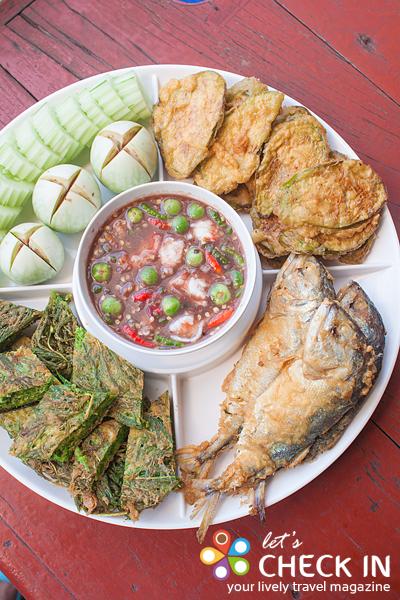 น้ำพริกกะปิผสมเนื้อกุ้ง จัดมาเป็นชุดเครื่องครบครัน ทั้งปลาทูทอด ชะอมชุบไข่ มะเขือชุบไข่ และผักสด