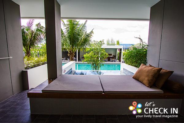 Jacuzzi Pool Deluxe พร้อมจากุชชี่นอกระเบียงที่เชื่อมต่อกับสระว่ายน้ำใหญ่ สามารถเดินจากระเบียงห้องลงสระว่ายน้ำได้เพียงไม่กี่ก้าว