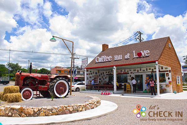 ก่อนกลับแวะดื่มกาแฟได้ที่ร้าน Coffee Hill of Love