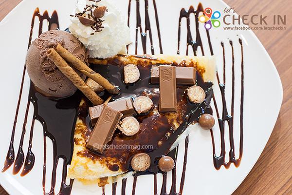 Rich Chocolate Crepe แป้งเครปหอมนุ่มราดซอสช็อคโกแลตจนชุ่ม ตกแต่งด้วยช็อคโกแลตหลากหลาย เสิร์ฟพร้อมไอศครีมช็อคโกแลต ถูกใจคนรักช็อคโกแลตจริงๆ
