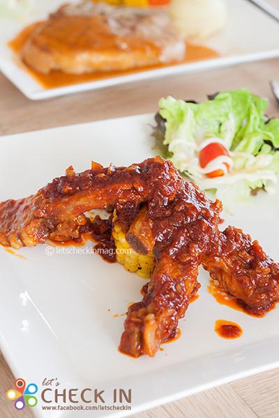 ซี่โครงหมูอบซอสบาร์บีคิว ซี่โครงหมูอบจนได้ที่ เนื้อร่อนไม่ติดกระดูก ทานง่าย เพิ่มรสความอร่อยด้วยซอสสูตรพิเศษ
