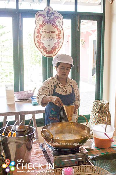 ใครที่แวะมาวันเสาร์-อาทิตย์ เขามีสาธิตทำขนมไทยให้ชมกันด้วยนะ