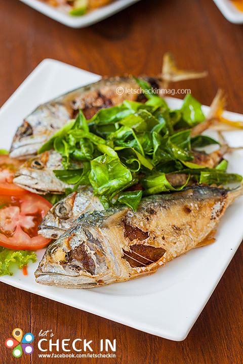 ปลาทู ๑/๑ หน้าตาเหมือนปลาทูทอดธรรมดา แต่ตักเข้าไปจะเจอเนื้อปลาทูที่ถูกควักออกมาปรุงรสก่อนยัดไส้กลับไปตามเดิม อร่อยแตกต่างลงตัว