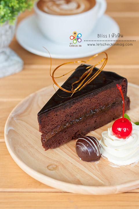 Sachertort (ซาชอร์ทอร์ท) เค้กช็อคโกแลตเนื้อแน่น เคลือบช็คโกแลตกานาชเข้มข้น ตัดรสด้วยชั้นแยมตรงกลาง