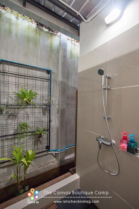 ห้องอาบน้ำ สบู่ แชมพู มีพร้อม แต่ไม่มีประตูนะจ๊ะ เป็นม่านกั้นแต่ก็มิดชิด บริเวณอ่างล่างหน้ามีไดร์เป่าผม สำลี คอตตอนบัด ให้ด้วย