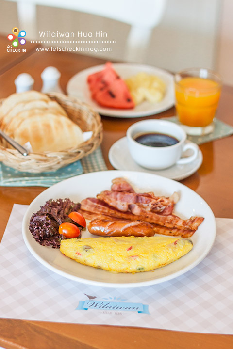 ชุดอาหารเช้า ที่นี่มีชุดอาหารเช้าบริการช่วงเวลา 09.00-11.00 ชุดใหญ่จัดเต็ม ไข่ออมเล็ตเนื้อเนียนนุ่มหอมชีส ขนมปังที่เสิร์ฟมาในชุดนั้นรสชาติไม่เหมือนที่ไหน เป็นสูตรโฮมเมดของร้านออกหวานนิดๆ