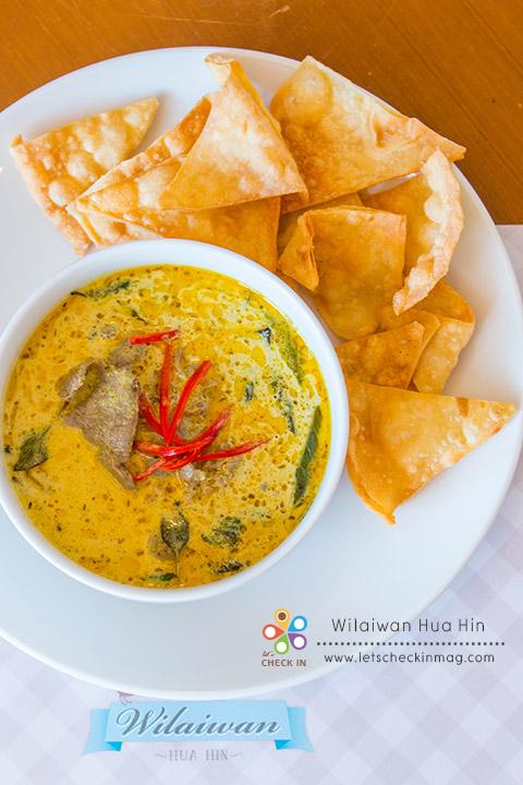 แกงเขียวหวานเนื้อโรตีกรอบ แม้ตัวร้านจะเป็นสไตล์ฝรั่ง แต่อาหารไทยที่นี่รสชาติไทยแท้ แกงเขียวหวานหอมเครื่องแกงเข้มข้น เนื้อนุ่ม ทานคู่โรตีกรอบที่ทางร้านทำเอง เข้ากันได้อย่างลงตัว