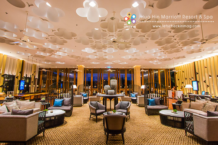 lobby lounge ที่เป็นมากกว่าพื้นที่เช็คอิน ด้วยคอนเซ็ปต์ Work & Play ทุกคนสามารถมาใช้พื้นที่บริเวณนี้ในการนั่งพักผ่อน หรือจะพกโน๊ตบุคมานั่งทำงานก็ยังได้ พร้อมบริการเครื่องดื่มและ snack เบาๆ ในบริเวณนี้ด้วย