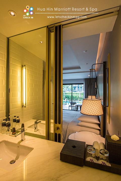 Deluxe Pool Access กระจกห้องน้ำสามารถเปิดออกเชื่อมกับห้องนอนได้ วาบหวิวเล็กๆ