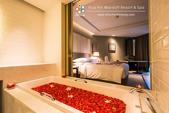 Junior Suite ห้องนอนกับห้องน้ำเปิดประตูเชื่อมกันได้เต็มๆ พร้อมอ่างอาบน้ำ