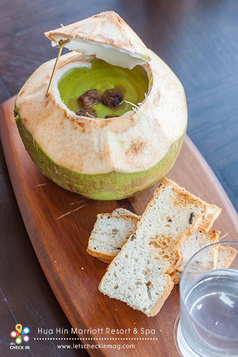 Spicy green pea soup & foie gras croutons ซุปถั่วลันเตาเสิร์ฟในลูกมะพร้าว เนื้อซุปค่อนข้างข้น ถ้าใครชอบให้ใสหน่อยสามารถเติมน้ำมะพร้าวที่แยกมาในแก้ว ใส่ลงไปในซุปได้