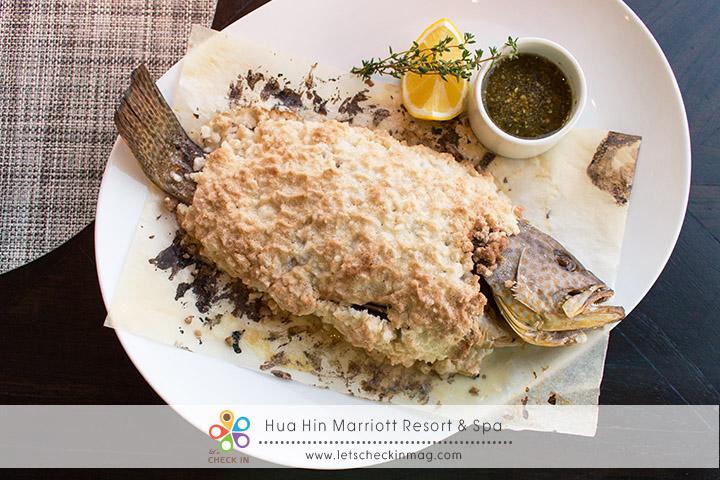 Whole black garoupa ปลาเก๋าอบเกลือ เนื้อปลานุ่ม ชุ่มฉ่ำ ทานกับน้ำจิ้มซีฟู้ด