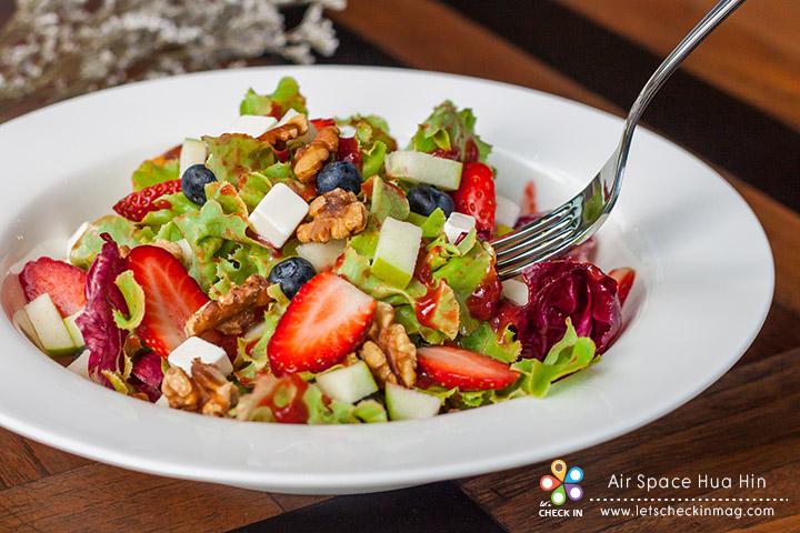 Mixed Fruit & Salad with Strawberry Dressing โดดเด่นที่น้ำสลัดสตอเบอรี่ที่ทางร้านทำเอง รสชาติออกเปรี้ยวนำ เป็นอาหารจานสุขภาพที่ทานแล้วสดชื่น