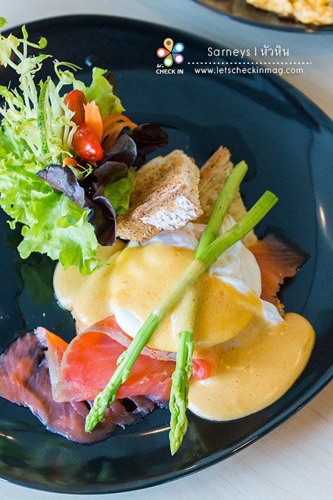 Egg Benedict with Salmon ไข่ดาวน้ำราด Hollandaise Sauce ที่ทำสดใหม่ทุกจาน เสิร์ฟกับแซลมอนรมควันชิ้นโต