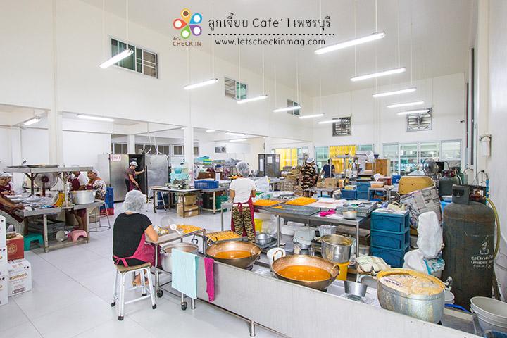ด้านนี้เป็นโรงงานทำขนมที่ทำสดใหม่ทุกวัน สะอาดถูกหลักอนามัย สำหรับหมู่คณะสามารถติดต่อเข้าดูงานในโรงงานได้ด้วย