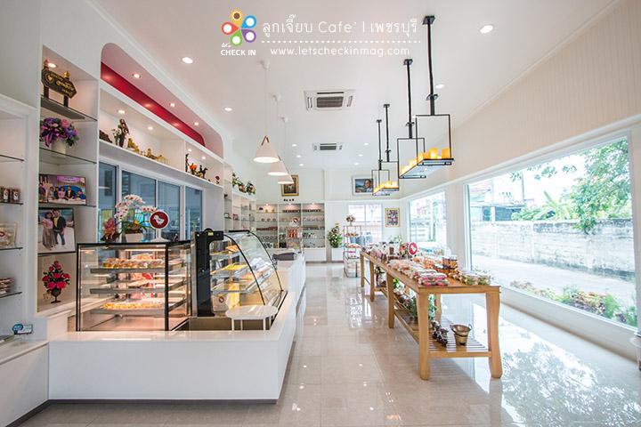 โซนนี้เป็นร้านขนมไทยสำหรับซื้อติดไม้ติดมือกลับบ้าน