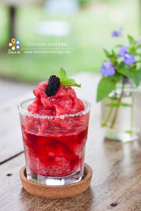 เรียกความสดชื่นกันด้วยเครื่องดื่มสีสวยแก้วนี้ C & B Red Velvet ส่วนผสมมีหลายอย่าง ที่เป็นหลักเลยก็คือมัลเบอรี่ที่ปลูกเอง เพิ่มความหอมจากสะระแหน่หลังร้านอีกเช่นกัน