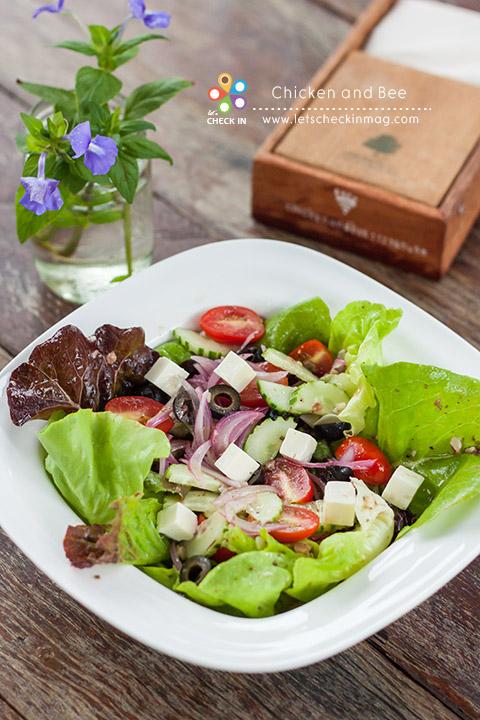 นอกจากอาหารไทยแล้วก็ยังมีอาหารฝรั่งไว้เอาใจนักท่องเที่ยวชาวต่างชาติด้วย จานนี้ Greek Salad ผักสลัดสดๆ จากแปลงผักของที่ร้าน