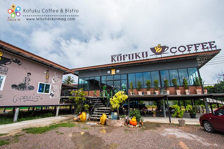 หน้าร้าน ด้านขวาที่เป็นห้องกระจกคือโซนร้านกาแฟ ส่วนด้านซ้ายคือโซนร้านอาหาร แยกจากกันไม่ให้กลิ่นอาหารตีกับกลิ่นของกาแฟ
