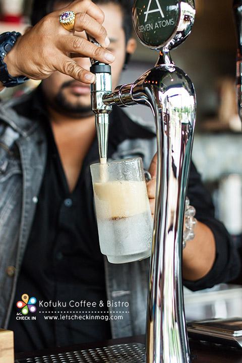 จากนั้นก็อัดไนโตรเจนเข้าไป กดเสิร์ฟจากแท็บแบบนี้ ที่ร้านใช้แก้วแช่ด้วย ให้อารมรณ์เหมือนดื่มเบียร์