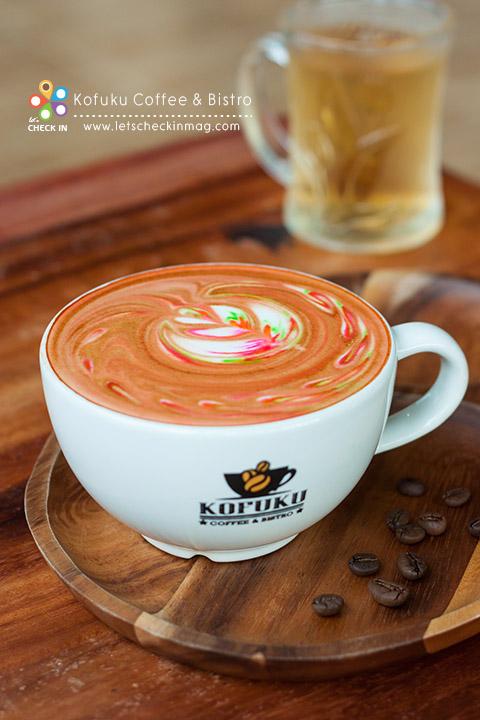 สำหรับใครที่ชอบลาเต้ ที่นี่มี Rainbow Latte ที่มาพร้อมลาเต้อาร์ตสีสดใสไม่ซ้ำกันสักแก้ว