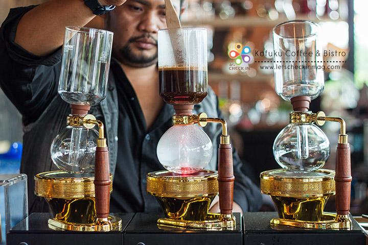Syphon อีกหนึ่งวิธีชงกาแฟที่น่าสนใจ หลักการคือใช้แรงดันน้ำจากโถล่าง ดันขึ้นไปโถบนที่มีกาแฟที่บดแล้วอยู่