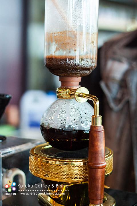 แล้วพอลดความร้อนลดลงน้ำกาแฟก็จะไหลกลับลงโถล่าง โถบนก็จะเหลือแต่กากกาแฟ