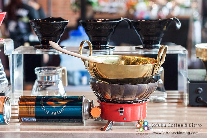 ส่วนใครอยากลองคั่วกาแฟก็จัดได้เลย ที่นี่มีเตาแก๊สกับกระทะเล็กๆ ไว้ให้คั่วมือสนุกๆ ด้วย