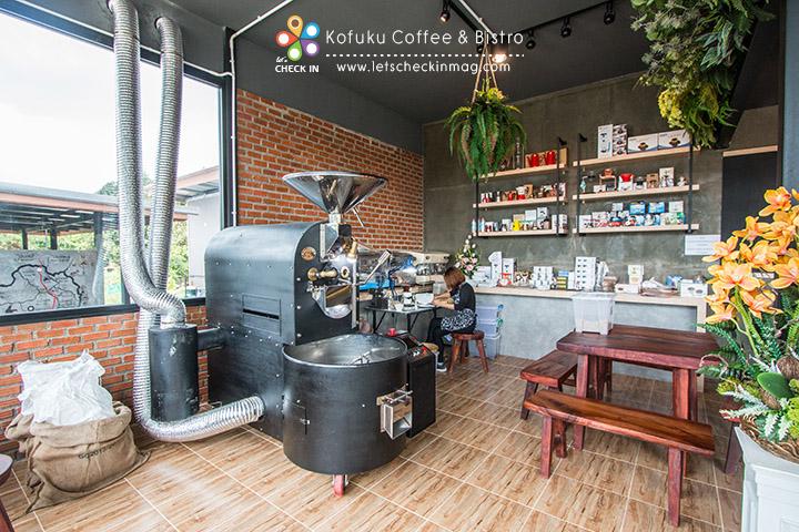 ส่วนด้านนี้เป็นเครื่องคั่ว และอุปกรณ์ต่างๆ เกี่ยวกับกาแฟ สนใจชิ้นไหนสอบถามกับที่ร้านได้