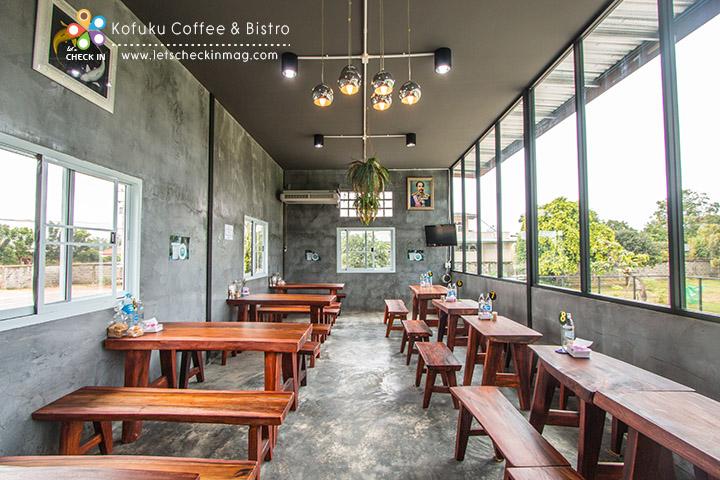 ด้านนี้เป็นฝั่งร้านอาหารที่แยกโซนชัดเจนจากร้านกาแฟ