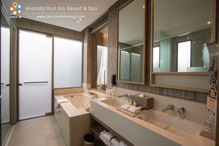 ห้องน้ำมีอ่างอาบน้ำ และมี outdoor rain shower ด้วย