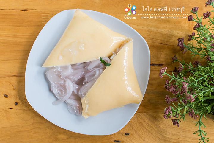 เครปมะพร้าว แป้งเครปนุ่มมาก ไส้ข้างในเป็นครีมสดและเนื้อมะพร้าวอ่อน อร่อยเคลิ้ม ลืมอ้วน