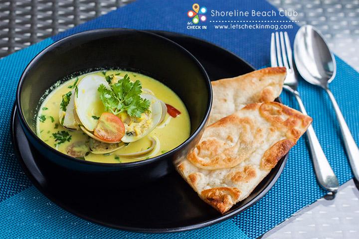 Curry Steamed Clam หอยตลับอบเครื่องแกง ไวน์ขาว ผักชี และมะเขือเทศ เสิร์ฟพร้อมนาน (ขนมปังแบบอินเดีย)