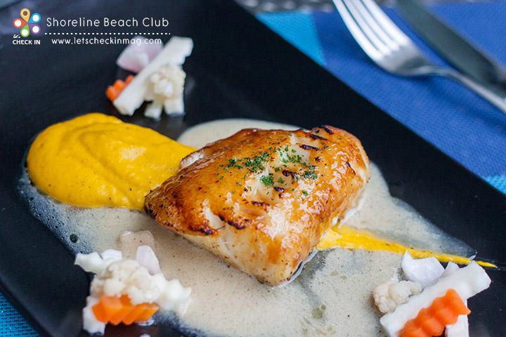 Miso Glazed Snow Fish ปลาหิมะเคลือบซอสมิโสะกับซอสเบค่อนรมควัน เสิร์ฟพร้อมฟักทองบดและผักดอง