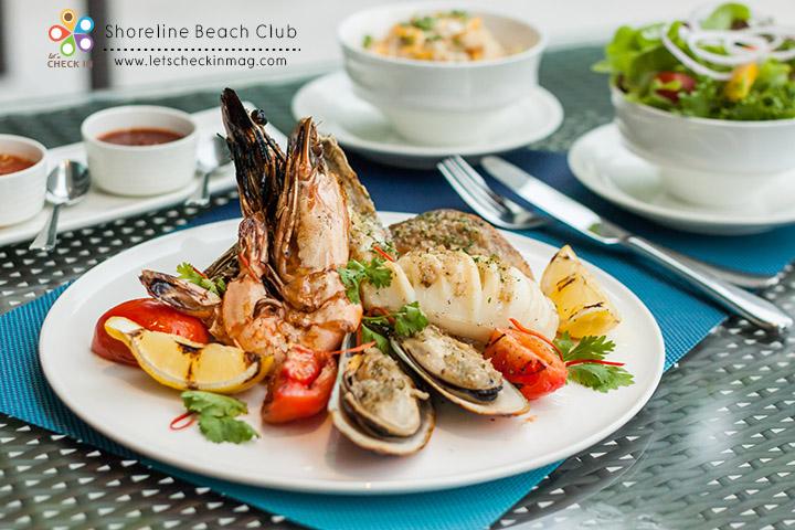 Seafood Platter กั้ง กุ้งลายเสือ ปลากะพง ปลาหมึก และหอยแมลงภู่นิวซีแลนด์ย่าง เสิร์ฟพร้อมข้าวผัดไข่ สลัดผัก น้ำจิ้มซีฟู้ด ซอสบาร์บีคิวรสเผ็ดและซอสมายองเนสกระเทียม