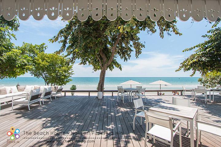 ระเบียงกว้างที่ติดกับชายหาดมีโต๊ะอีกหลายมุม
