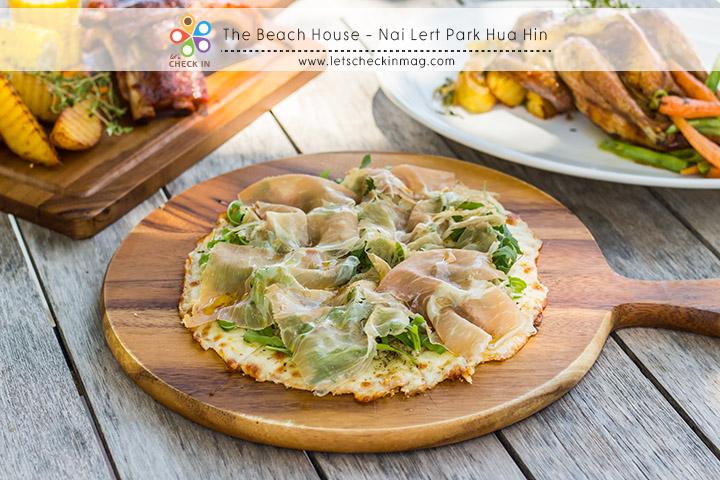Prosciutto, Rocket Leaves, Mascarpone, Mozzarella Pizza พิซซ่าแป้งบางกรอบ ไดความยืดจากมอสซาเรลล่าชีสและยังมีความหอมของมาสคาโปเน่ชีสด้วย