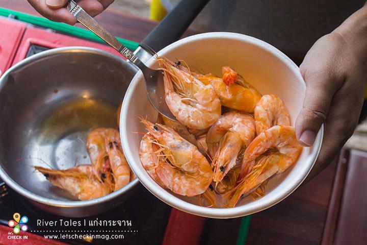 มื้อเย็นไม่ต้องออกไปไหนให้เสียเวลา ที่นี่เขาอนุญาตให้ทำอาหารได้ เตรียมอุปกรณ์มาให้พร้อม เมนูง่ายๆ แต่อร่อย กุ้งคั่วเกลือ :)
