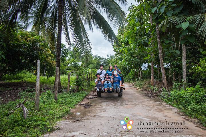 นั่งรถอีแต๊กเข้าไปชมหมู่บ้านชาวไทดำ