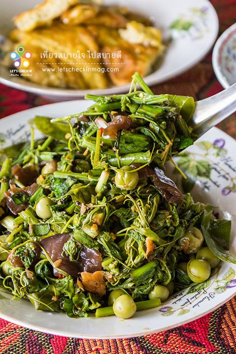 ซุปผัก อาหารพื้นบ้านชาวไทดำ ซุปก็คือยำ เหมือนกับซุปหน่อไม้นั่นแหละ แต่ว่าจานนี้เป็นซุปผัก ที่มีผักหลายชนิด ทั้งใบย่านาง เห็ดหูหนู ชะอม ยอดบวบ ยอดมะระ ยอดฟักทอง มะเขือพวง ผักชีลาว เรียกได้ว่าเป็นเมนูหลักที่ชาวไทดำต้องทำกินแทบทุกมื้อ