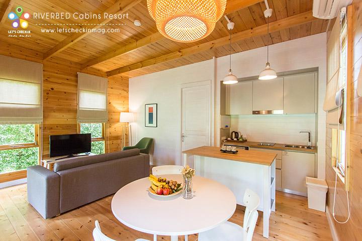 Type A เปิดเข้ามาจะเป็นห้องที่มีโซนทำครัว โต๊ะทานอาหาร โซฟาและทีวี