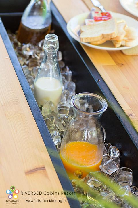 นอกจากข้าวต้มแล้วยังมีสลัดผัก ขนมปังปิ้ง นมสด น้ำแอปเปิ้ล น้ำส้ม น้ำอัญชัน แช่อยู่ในช่องแช่กลางโต๊ะแบบนี้ เก๋ชะมัดเลย