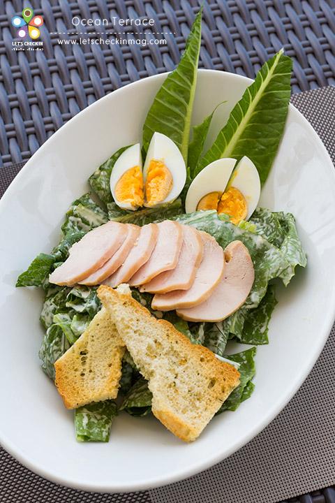 Chicken Breasts Salad สลัดอกไก่ จานนี้เฮลตี้ มีทั้งผักปลอดสาร อกไก่ และไข่ต้ม