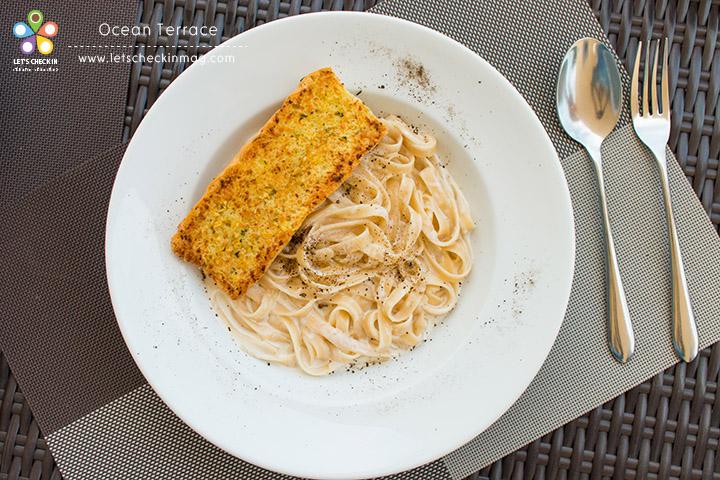 Spaghetti Carbonara ครีมมี่ หอมชีส เสิร์ฟกับขนมปังกระเทียมกรอบๆ