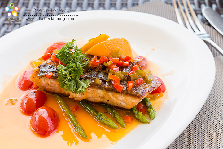 Grilled Salmon orange sauce สเต็กปลาแซลมอนกริลได้ความสุกกำลังดี ราดซอสส้มออกเปรี้ยวอมหวานนิดๆ รสชาติลงตัว