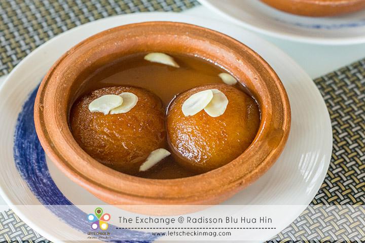 Gulab Jamun ขนมขึ้นชื่อของทางอินเดียตอนใต้ เป็นแป้งผสมนมนำไปทอดในเนยอินเดีย ราดด้วยน้ำเชื่อมที่มีกลิ่นหอมอ่อนๆ ของลูกกระวานและดอกไม้ รสชาติค่อนข้างหวานมาก ถ้าทานคู่ชาร้อนจะลงตัวที่สุด