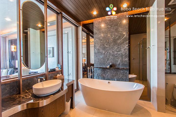 ห้องน้ำแยกส่วน shower กับอ่างอาบน้ำ อ่างใหญ่มาก แช่สบายสุดๆ