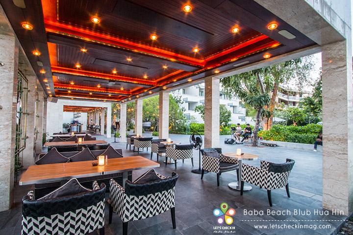 ใกล้ๆ กับสระว่ายน้ำเป็น Baba Beach Restaurant